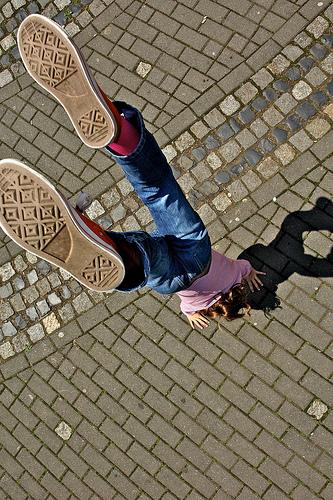 """Handstand! (Via <a href=""""http://www.flickr.com/photos/10secondburn/560282562/"""">10secondburn</a>.)"""